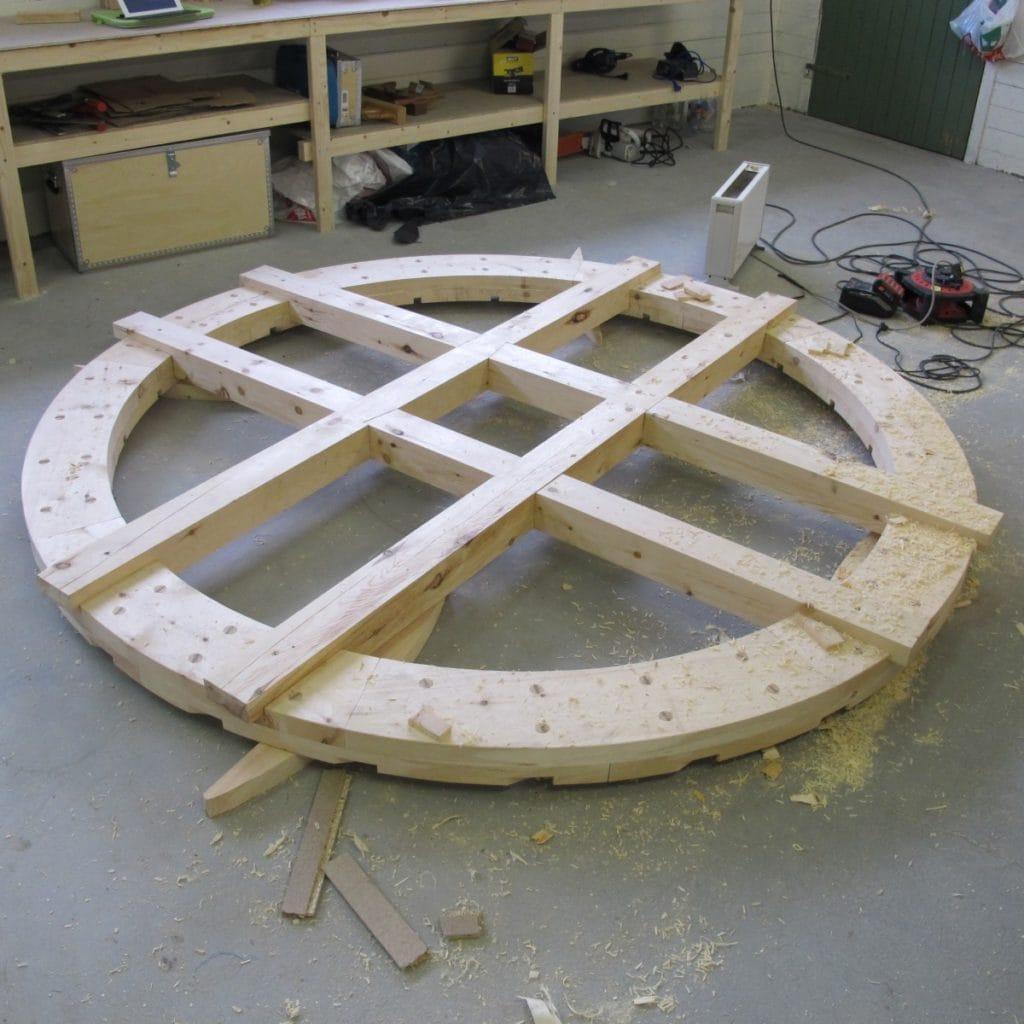 ferdige kryssarmer på en løtring tradisjonelt vannhjul